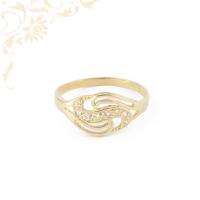 Áttört mintás, fehér színű cirkónia kövekkel díszített, női köves arany gyűrű.