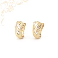 Nagyon elegáns, domború formájú, gyémántvésett mintával és ródium bevonattal díszített, női arany fülbevaló.
