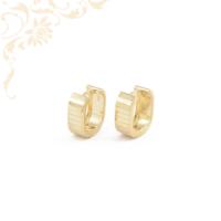 Gyémántvésett mintával díszített, karika jellegű arany fülbevaló.