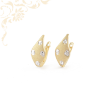Nagyon elegáns, gyémántvésett mintával és ródium bevonattal díszített női arany fülbevaló.