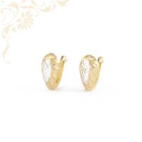 Nagyon csinos és mutatós, gyémántvésett mintával díszített női arany fülbevaló