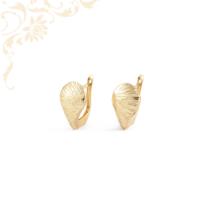 Gyémántvésett mintával díszített, női arany fülbevaló.