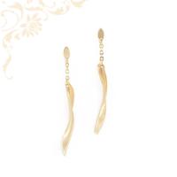 Nagyon elegáns, csavart formájú női arany lógós fülbevaló, melynek az egyik oldala mattított, a másik oldala fényes felületű.