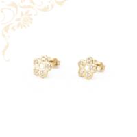Virág formájú, csillogó fehér színű cirkónia kövekkel díszített, köves arany fülbevaló.