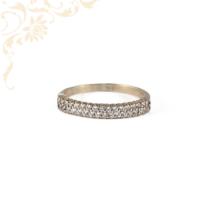 Klasszikus fazonú, csillogóan fényes, női köves arany gyűrű