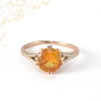 Klasszikus fazonú, sárga és fehérarany kombinációjával készült, női köves arany gyűrű, borostyán sárga színű szintetikus kővel ékesítve