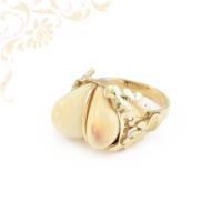 Szarvasfoggal díszített arany gyűrű
