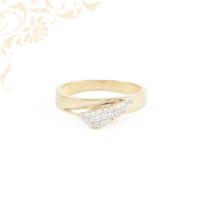 Csillogó fehér színű cirkónia kövekkel ékesített, női köves arany gyűrű