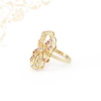Exkluzív megjelenésű, különleges fazonú, fehér színű cirkónia és mályva színű szintetikus kövekkel díszített női köves arany gyűrű