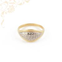 Nagyon szép és mutatós, női arany gyűrű, gyémántvésett mintával, ródium bevonattal díszítve.