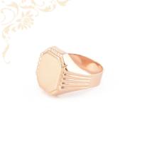 Férfi arany pecsétgyűrű, vésett mintával díszítve.