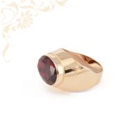 Klasszikus fazonú, női köves arany pecsétgyűrű, közepén bordó színű szintetikus kővel ékesítve.