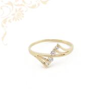 Nagyon elegáns és szép, fehér színű cirkónia kövekkel díszített női arany gyűrű