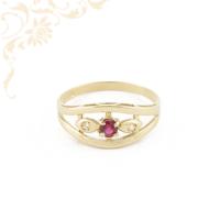 Fehér színű cirkónia és mályva színű szintetikus kövekkel díszített, női köves arany gyűrű.