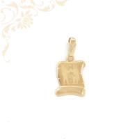 Pergamen alakú, horoszkópos arany medál, felülete mattírozott, közepét gyémántvésett ikrek zodiákus jegy díszíti.
