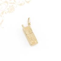 Mobiltelefont ábrázoló, üreges arany medál