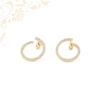 Hófehér színű cirkónia kövekkel díszített, karika jellegű köves arany fülbevaló.