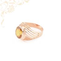 Klasszikus fazonú, női köves arany gyűrű, melynek fejrészét sárga színű szintetikus kő ékesíti.