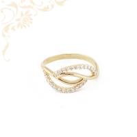 Modern, hullámos vonalvezetésű, áttört fejrészű, fehér színű cirkónia kövekkel díszített, női arany gyűrű.