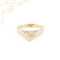 Kis súlyú, préselt női arany gyűrű, gyémántvésett mintával, ródium bevonattal díszítve
