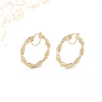 Üreges, gyémántvésett mintával díszített, arany karika fülbevaló.