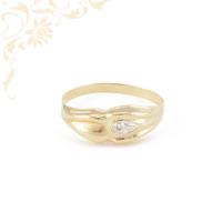 Kis súlyú, préselt női arany gyűrű, gyémántvésett mintával, ródium bevonattal díszítve.