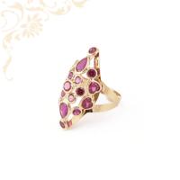 Exkluzív megjelenésű, mályva színű szintetikus kövekkel díszített, női köves arany gyűrű.