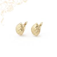 Gyémántvésett mintával díszített arany fülbevaló.