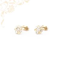 Virág formájú, csillogó fehér színű cirkónia kővel és ródium bevonattal díszített, köves arany fülbevaló.