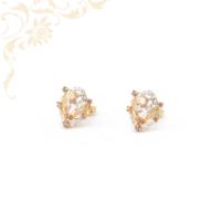 Gyönyörűségesen szép, fehér színű cirkónia, lila színű és narancssárga színű szintetikus kövekkel díszített, köves arany fülbevaló
