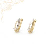 Nagyon mutatós, fehér színű cirkónia kővel, gyémántvésett mintával és ródium bevonattal díszített arany fülbevaló.