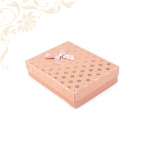Rózsaszín pöttyös papír ékszerdoboz masnival, nagy szettes kivitelben, nyaklánc, fülbevaló, gyűrű, karikagyűrű pár és medál csomagolásához.