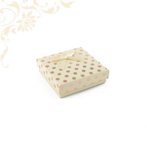 Krémszínű pöttyös papír ékszerdoboz masnival, közepes szettes kivitelben, fülbevaló és gyűrű csomagolásához.