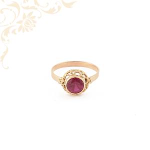 Áttört fejrészű, mályva színű szintetikus kővel ékesített, női köves arany gyűrű.