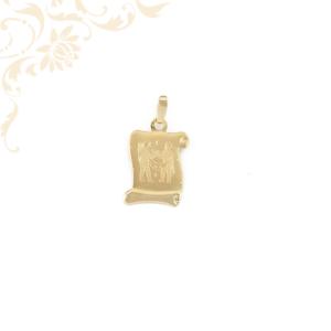 Pergamen alakú horoszkópos arany medál, melynek közepét gyémántvésett ikrek zodiákus jegy díszíti.