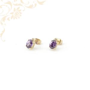 Lila színű szintetikus és fehér színű cirkónia kövekkel díszített, köves arany fülbevaló.