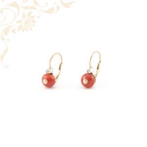 Gyémántköves női arany fülbevaló korál gömbös díszítéssel.