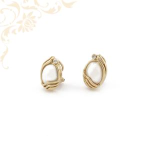 Gyémánttal és gyöngyházzal ékesített női arany fülbevaló.