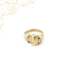 Női arany gyűrű rubin, zafír és cirkónia kövekkel ékesítve.