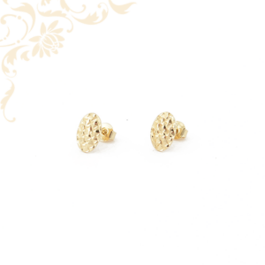 Ovális formájú, gyémántvésett mintával díszített, stekkeres arany fülbevaló