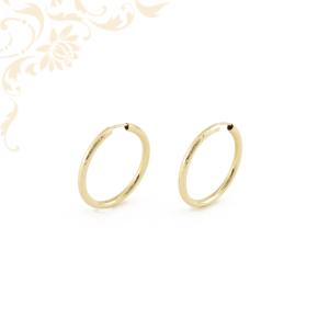 Arany karika fülbevaló gyémántvésett mintával díszítve.