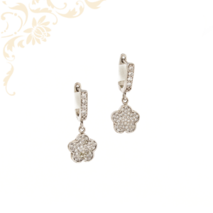 Virág formájú, fehér színű cirkónia kövekkel díszített, lógós női ezüst fülbevaló.