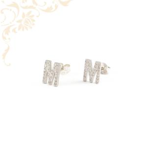 M betűt mintázó ezüst fülbevaló, fehér színű cirkónia kövekkel díszítve