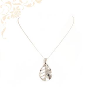 Anker fazonú ezüst nyaklánc, levél formájú medállal díszítve, melynek a hátoldala matt