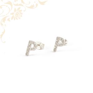 P betűt mintázó ezüst fülbevaló, fehér színű cirkónia kövekkel díszítve.