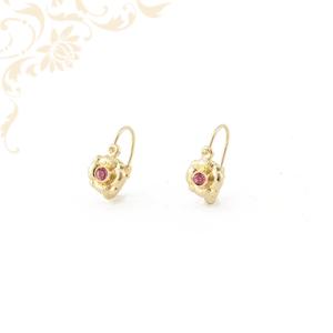 Virág formájú gyermek arany fülbevaló, mályva színű szintetikus kővel ékesítve.