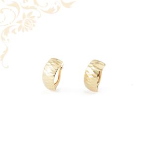 Enyhén domború, gyémántvésett mintával díszített női arany fülbevaló