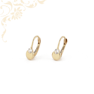 Csillogó, fehér színű cirkónia kővel díszített arany fülbevaló.