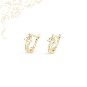 Csillogó fehér színű cirkónia kövekkel díszített arany fülbevaló.
