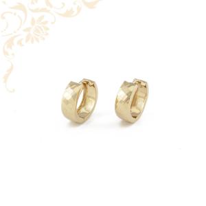 Gyémántvésett mintával díszített női arany karika fülbevaló.